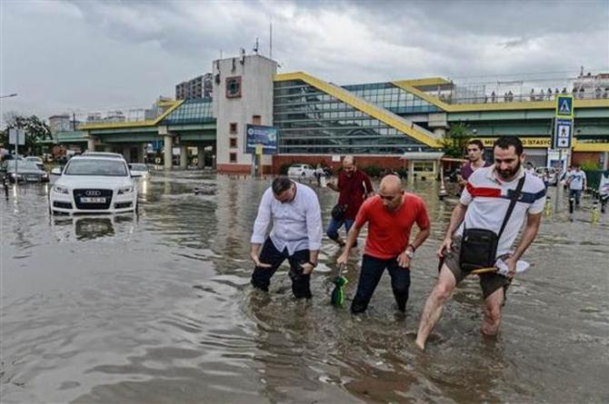İstanbul'daki şiddetli yağmur sosyal medyayı salladı 1