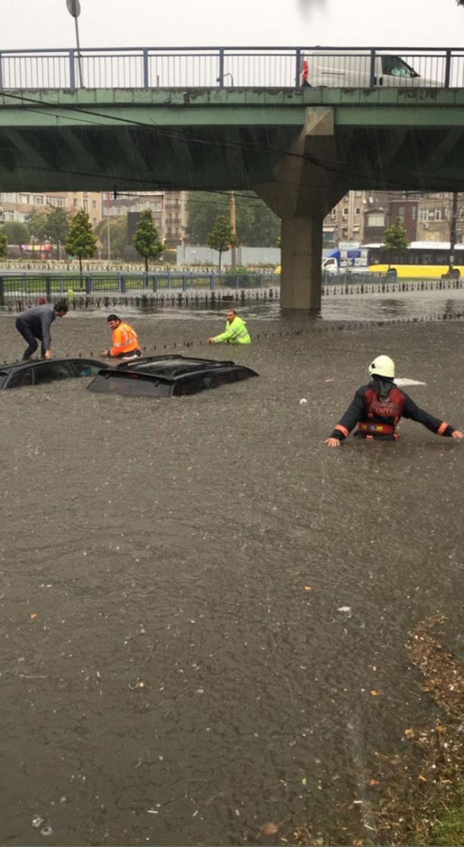 İstanbul'daki şiddetli yağmur sosyal medyayı salladı 12