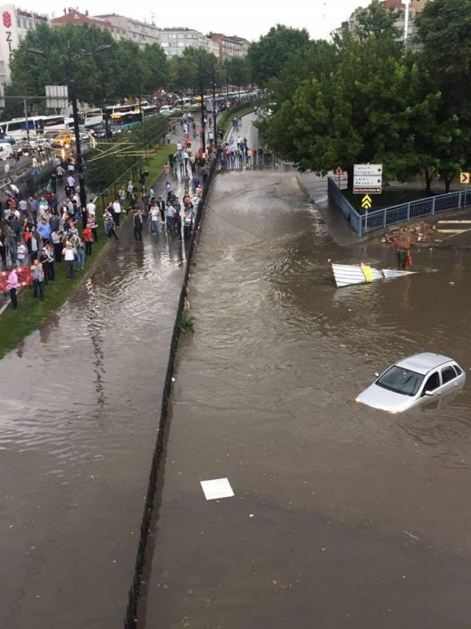 İstanbul'daki şiddetli yağmur sosyal medyayı salladı 18