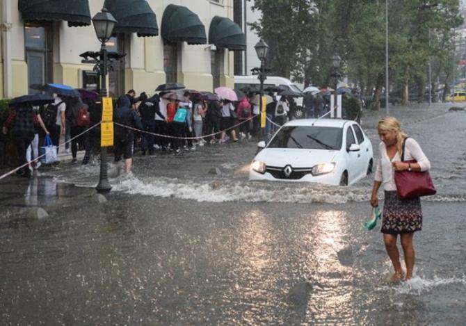 İstanbul'daki şiddetli yağmur sosyal medyayı salladı 19