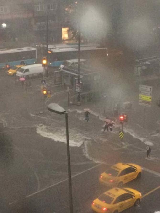 İstanbul'daki şiddetli yağmur sosyal medyayı salladı 20