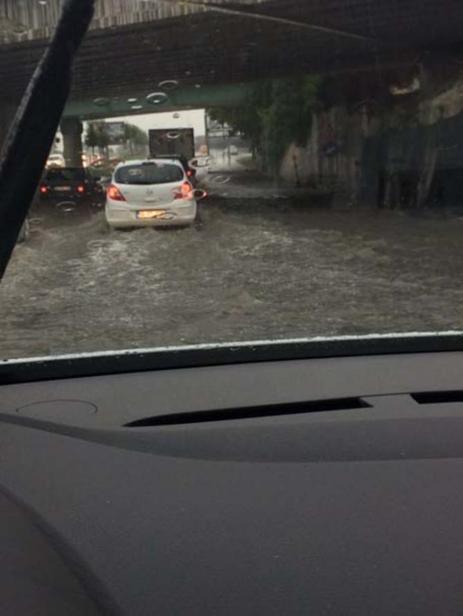 İstanbul'daki şiddetli yağmur sosyal medyayı salladı 25