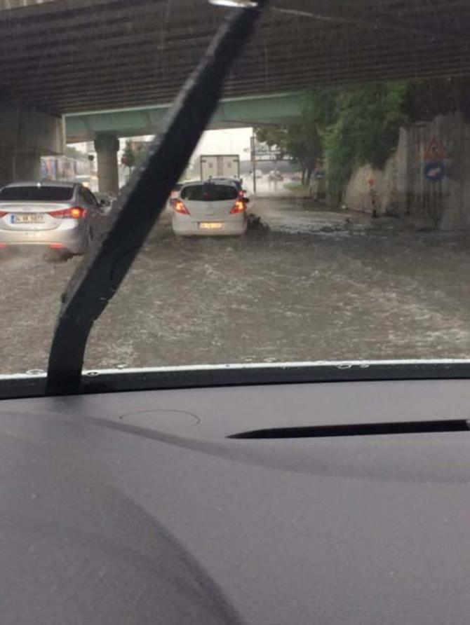 İstanbul'daki şiddetli yağmur sosyal medyayı salladı 26