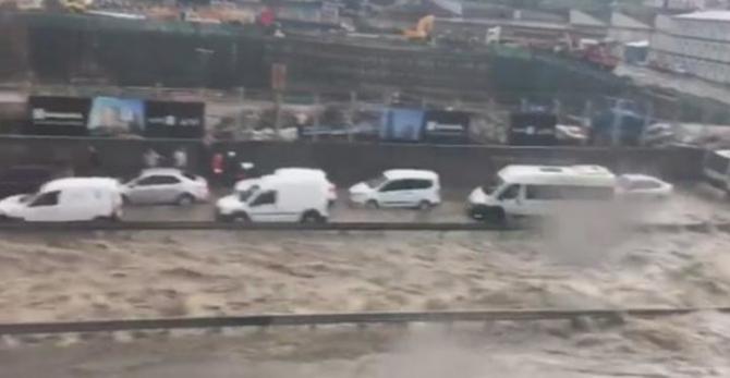 İstanbul'daki şiddetli yağmur sosyal medyayı salladı 34
