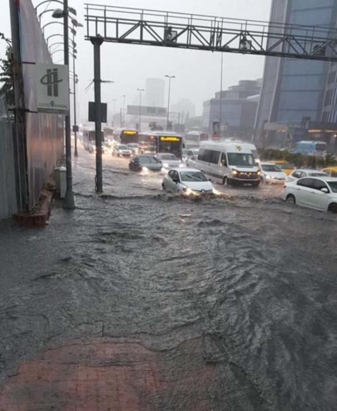 İstanbul'daki şiddetli yağmur sosyal medyayı salladı 35
