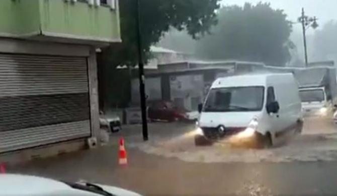 İstanbul'daki şiddetli yağmur sosyal medyayı salladı 36