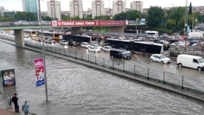 İstanbul'daki şiddetli yağmur sosyal medyayı salladı 37