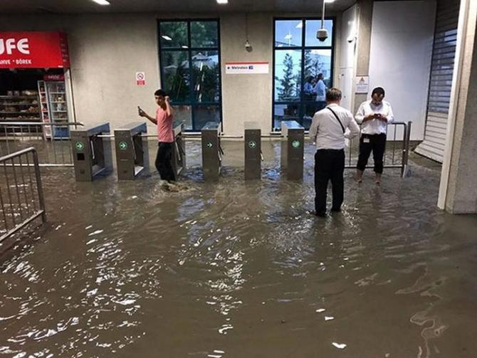 İstanbul'daki şiddetli yağmur sosyal medyayı salladı 39
