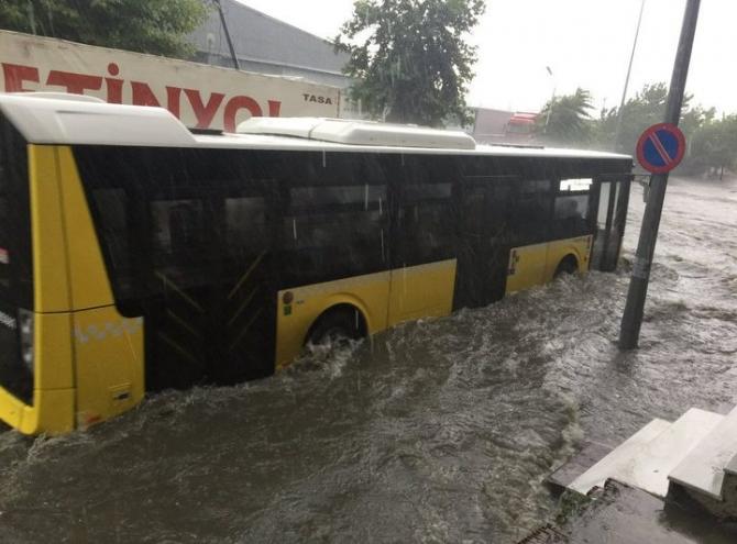 İstanbul'daki şiddetli yağmur sosyal medyayı salladı 44
