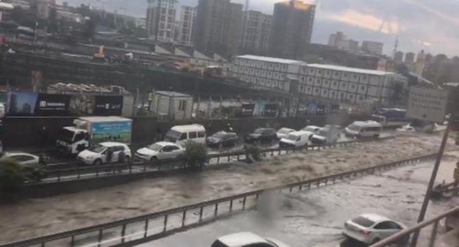 İstanbul'daki şiddetli yağmur sosyal medyayı salladı 46
