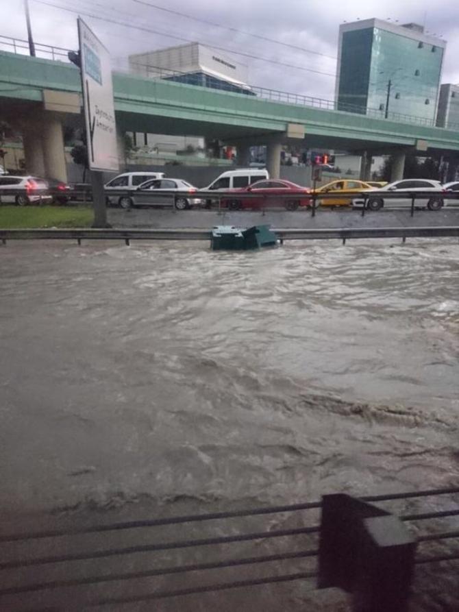 İstanbul'daki şiddetli yağmur sosyal medyayı salladı 50
