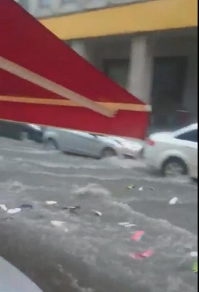 İstanbul'daki şiddetli yağmur sosyal medyayı salladı 53
