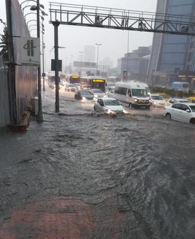 İstanbul'daki şiddetli yağmur sosyal medyayı salladı 56
