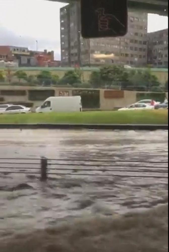 İstanbul'daki şiddetli yağmur sosyal medyayı salladı 62