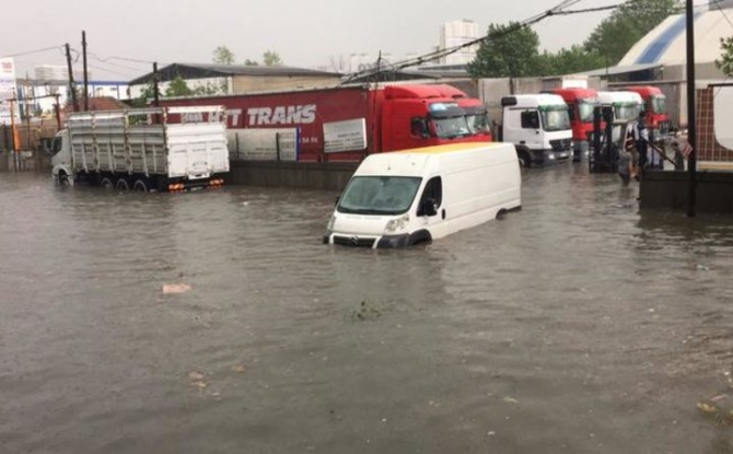İstanbul'daki şiddetli yağmur sosyal medyayı salladı 63