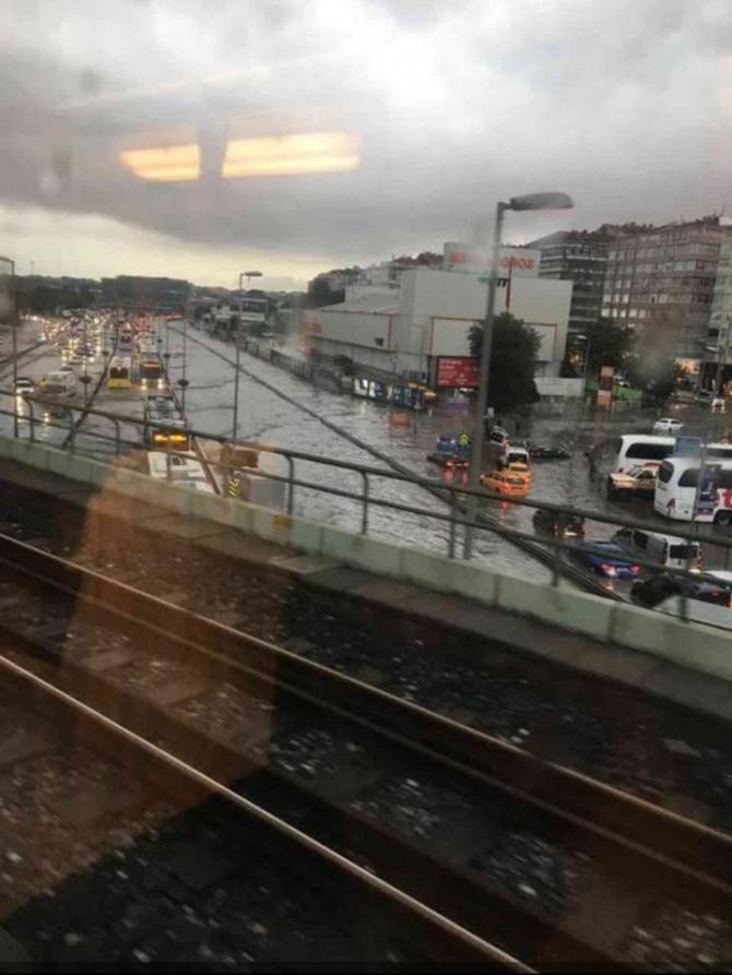 İstanbul'daki şiddetli yağmur sosyal medyayı salladı 7