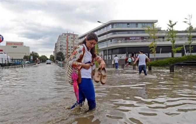 İstanbul'daki şiddetli yağmur sosyal medyayı salladı 70