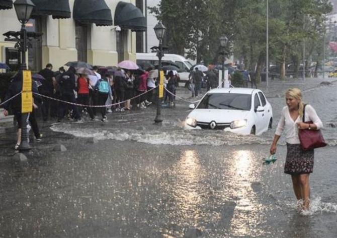 İstanbul'daki şiddetli yağmur sosyal medyayı salladı 71