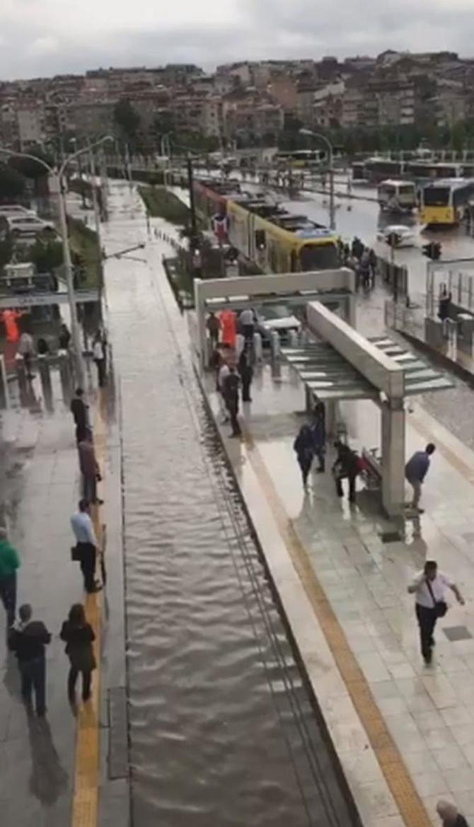 İstanbul'daki şiddetli yağmur sosyal medyayı salladı 72