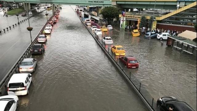 İstanbul'daki şiddetli yağmur sosyal medyayı salladı 74