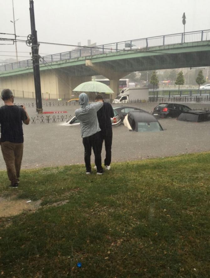 İstanbul'daki şiddetli yağmur sosyal medyayı salladı 9