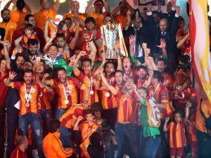 Galatasaray şampiyonluk kupasını aldı!