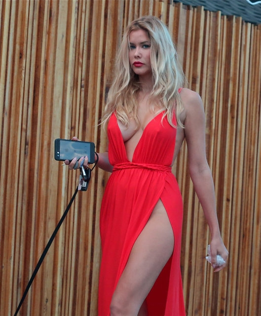 Kırmızı elbiseyle dikkat çekti! 2
