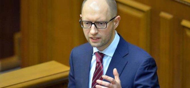 Başbakan canlı yayında istifa etti