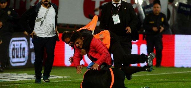 Trabzonspor-Fenerbahçe maçı bitirilemedi! Hakemi dövdüler...