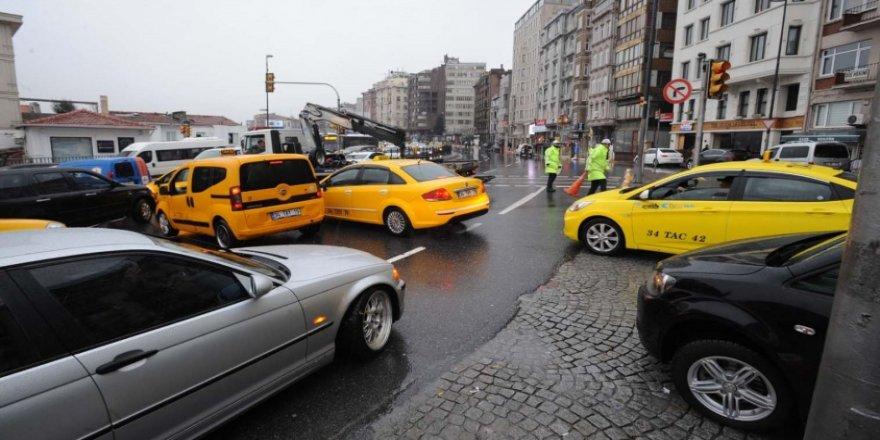 Taksim Meydanı ile İstiklal Caddesi'ne çıkan yollar trafiğe kapatıldı