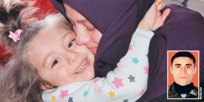 Şehit polisin 4 yaşındaki kızı Fatma Sena, hala babasının yolunu gözlüyor