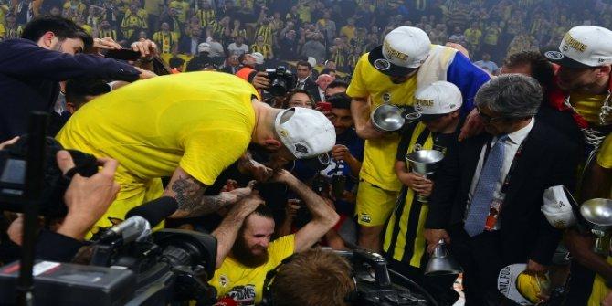 Fenerbahçeli Luigi Datome, saçlarını kestirdi