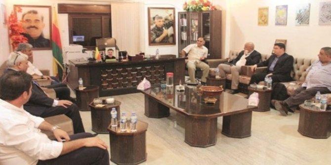 Kamışlı'da skandal Öcalan fotoğrafı: Oturup petrol kaynaklarını bölüştüler