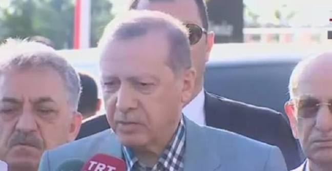 Erdoğan, Bayram namazında kısa süreliğine rahatsızlandı, durumu iyi