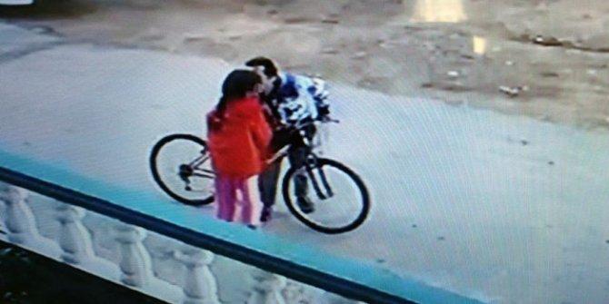 Bisikletle takip etti! Sokak ortasında 8 yaşındaki kıza bakın ne yaptı