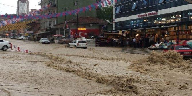 Ankara'da sağanak yağış: Onlarca kişi alt geçitte mahsur kaldı