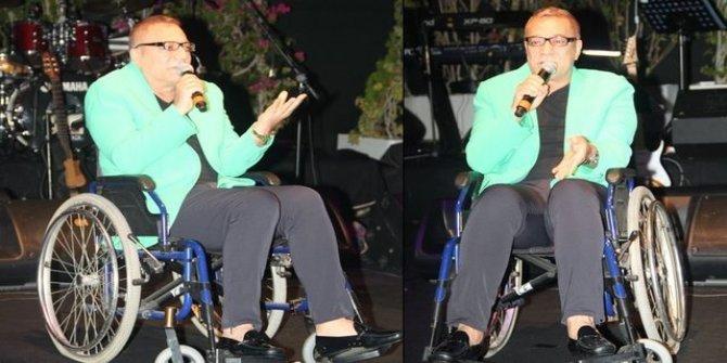Mehmet Ali Erbil tekerlekli sandalyeyle sahneye çıktı