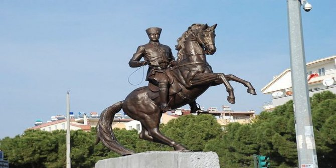 Nihat Genç'ten gündemi sarsan çıkış: Bakan olsam, son 40 yılda yapılan Atatürk heykellerini yıkar atarım