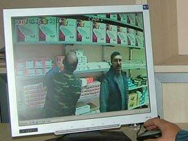 Polis gizli kameraya yakalandı