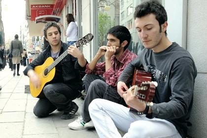 Müzik yapan 3 genç gözaltına alındı