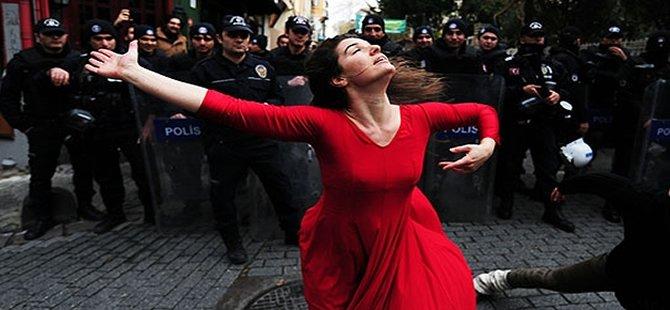 Kırmızlı Kadın'ın protesto dansı!