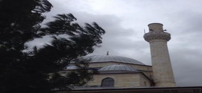 Fırtına minarenin külahını yıktı