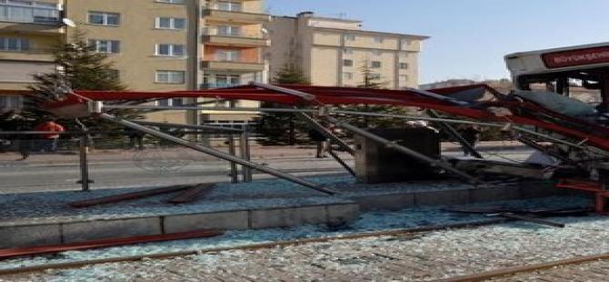 İşçi servisine çarpan otobüs tramvay durağına girdi