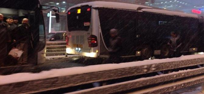Yoğun kar metrobüs seferlerini vurdu!