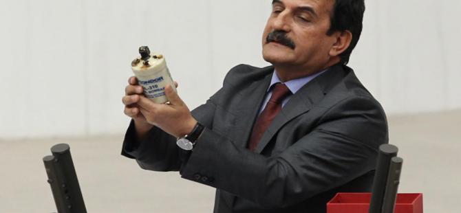 CHP İzmir Milletvekili Mustafa Moroğlu kürsüye gaz bombası ile çıktı
