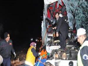 Otobüs, tuğla yüklü kamyona arkadan çarptı