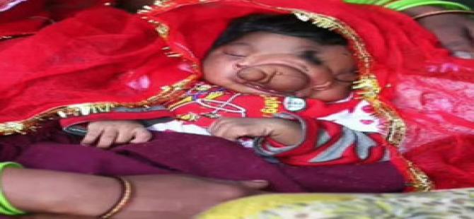 Bu bebeği tanrı olduğuna inanılıyor!