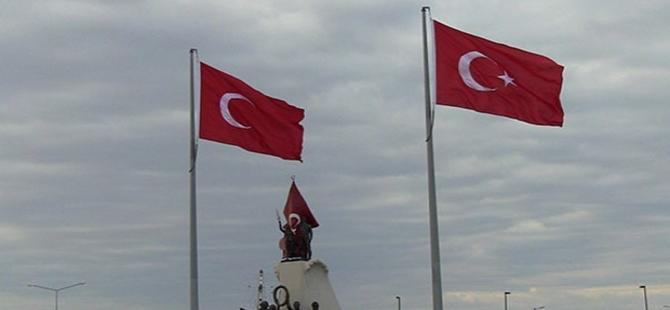Atatürk Anıtı'na 'yıldızsız Türk bayrağı'