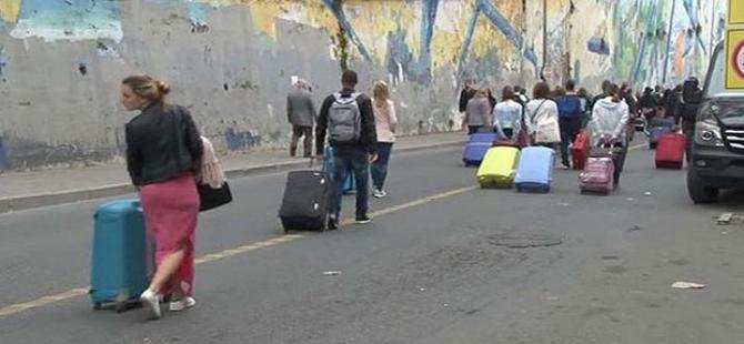 Turistler bavullarıyla sokakta kaldı!