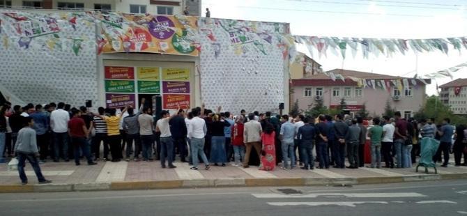 HDP'liler Erdoğan'ı sırtlarını dönerek protesto etti